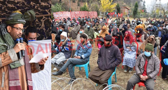Union Minister Mukhtar Abass Naqvi addressing the party workers at TRC Kupwara on Thursday. —Excelsior/Aabid Nabi