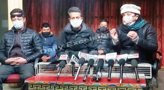 Ajuman Moin-ul-Islam, president, Dr.Abdul Qayum flanked by other religious community heads addressing a press conference at Leh on Saturday. —Excelsior/Morup Stanzin