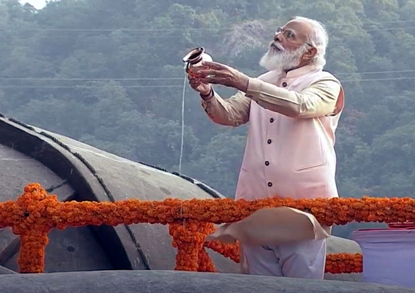 Prime Minister Narendra Modi pay tribute at the 'Statue of Unity' on the occasion of Sardar Vallabhbhai Patel's 145th birth anniversary in Kevadia on Saturday.(UNI)