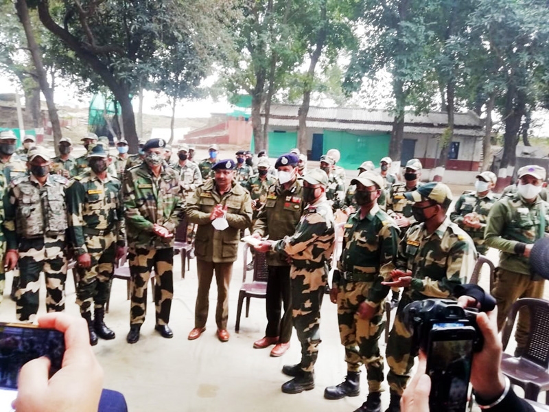 DGP Dilbag Singh interacting with BSF personnel at Arnia border.