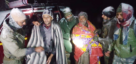 Trapped passengers on Mughal Road being rescued by Army in Poonch area.