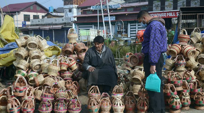 People purchase traditional fire pots (Kangri) on a cold day in Srinagar. -Excelsior/Shakeel