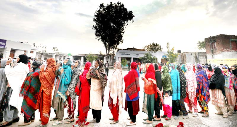 Voters in a queue at a polling station in Bajalta waiting for their turn to vote on Monday. -Excesior/Rakesh