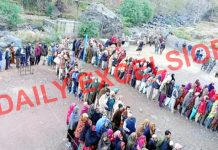 Long queues of voters at Poonch on Tuesday. —Excelsior/Gurjeetbhajan