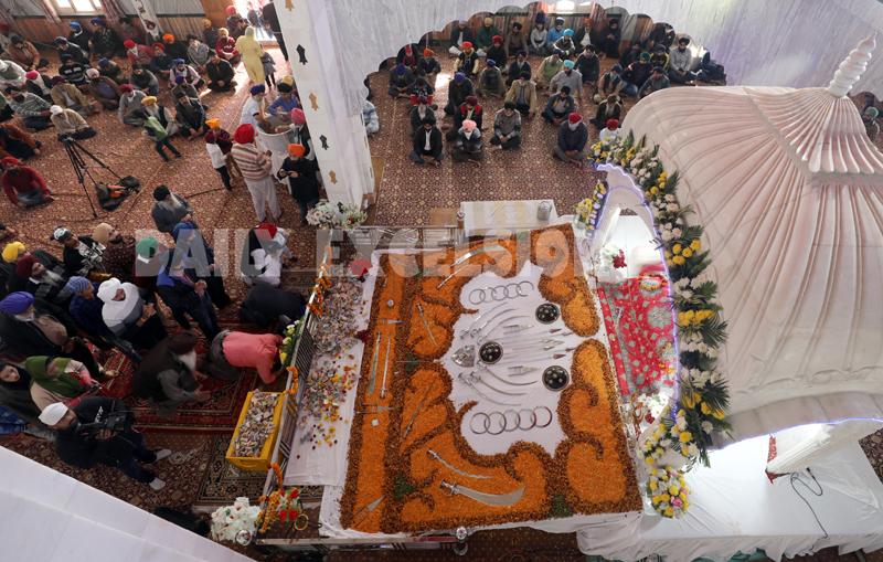 Devotees paying obeisance at Gurudwara Yaadgar Guru Nanak Dev Ji at Chand Nagar, Jammu on the occasion of Gurupurab on Monday. -Excelsior/Rakesh