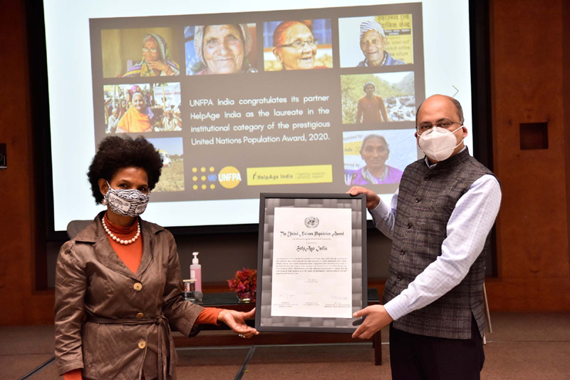 Argentina Matavel Piccin, Representative of UNFPA in India presents award certificate to Rohit Prasad, CEO HelpAge India.