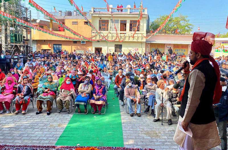 Union Minister Anurag Thakur addressing election rally at Vijaypur on Wednesday. —Excelsior/Badyal