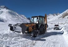 JCB machine engaged in clearing snow on Kargil-Zanskar Highway. —Excelsior/Basharat Ladakhi