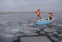 SDRF team breaks frozen ice of the Dal lake to avoid any mishap in Srinagar on Sunday. —Excelsior/Shakeel