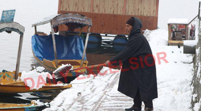 Srinagar city witnesses season's heavy snowfall on Sunday. —Excelsior/Shakeel