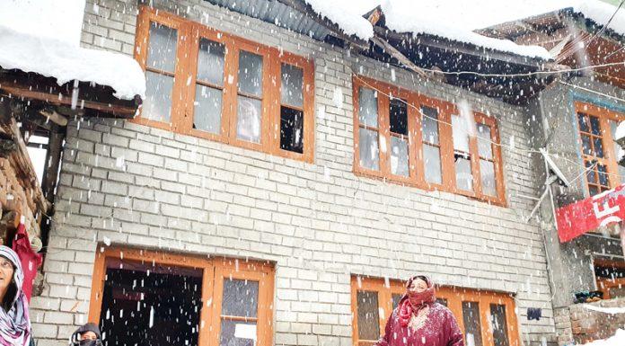 Heavy snowfall damages house in Zoonimar Dagdarhar area of Srinagar. -Excelsior/ Shakeel