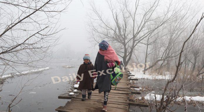 Dense fog engulfs in Srinagar on Saturday. — Excelsior/Shakeel