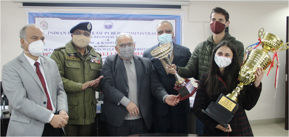 DGP Dilbag Singh, Prof Manoj Dhar and other dignitaries presenting title trophy to winner at Jammu.