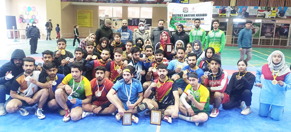 Winning teams posing for a group photograph with dignitaries at Srinagar.