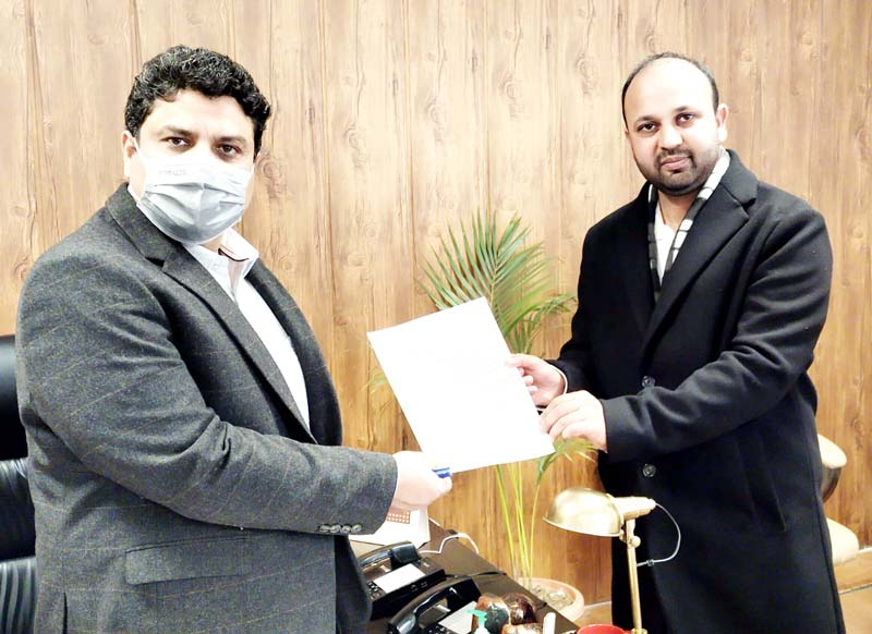 DDC member, Shahnawaz Choudhary presenting memorandum to Commissioner/ Secretary, Sarmad Hafeez on Wednesday.