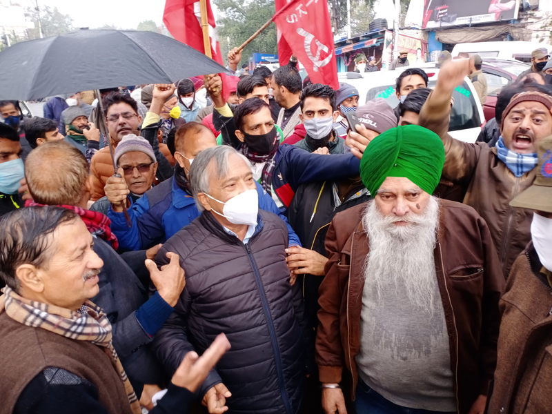CPI (M) and Kisan Tehreek activists staging protest outside Raj Bhawan in Jammu on Saturday. —Excelsior/Rakesh
