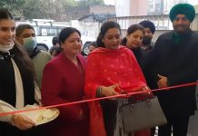 Corporator JMC Neena Gupta inaugurating Daljit Sudan & Niiaashi Brand Showroom at Jammu.
