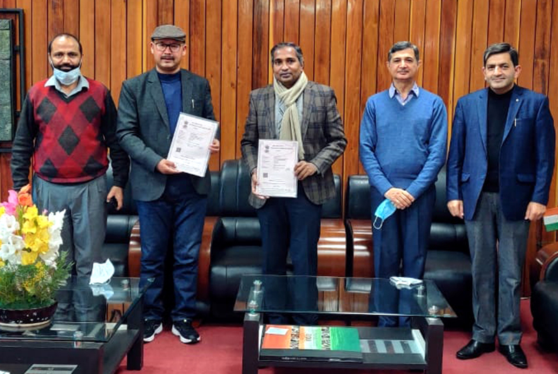 Director CSIR-IIIM Jammu and Director National Institute of Sowa Rigpa, Leh displaying MoU signed between the two institutes.