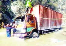 People taking out vehicle from nallah near Sherbibi on Jammu-Srinagar National Highway. —Excelsior/Pervaiz