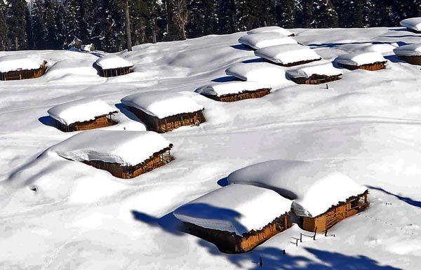 A mesmerizing snow bound view of world famous ski resort of Gulmarg in Kashmir on Thursday. (UNI)