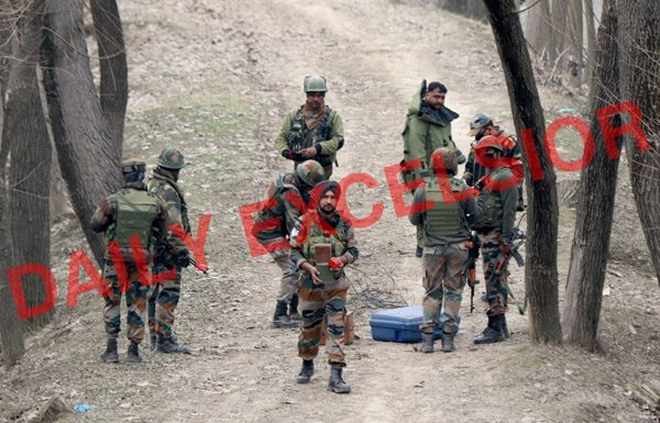 Security forces defuse IED which was planted on National Highway at Nowgam in Srinagar. —Excelsior/Shakeel