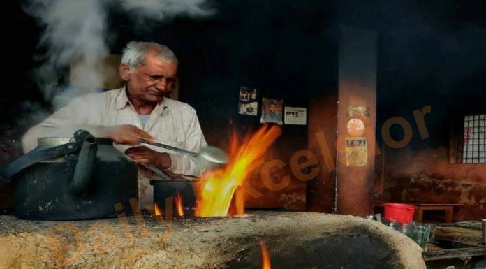 A vendor uses traditional method to make tea on Katra-Jammu road. —Excelsior/Karandeep Singh