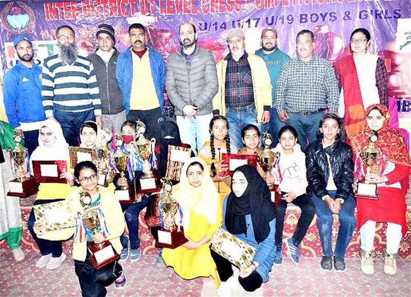 DC Ramban Mussarat Islam posing for group photograph along with winners at Ramban on Friday.