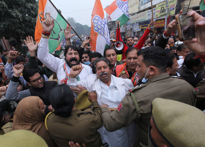 Congress leaders and workers being stopped by police during protest march towards Raj Bhawan in Jammu. -Excelsior/Rakesh