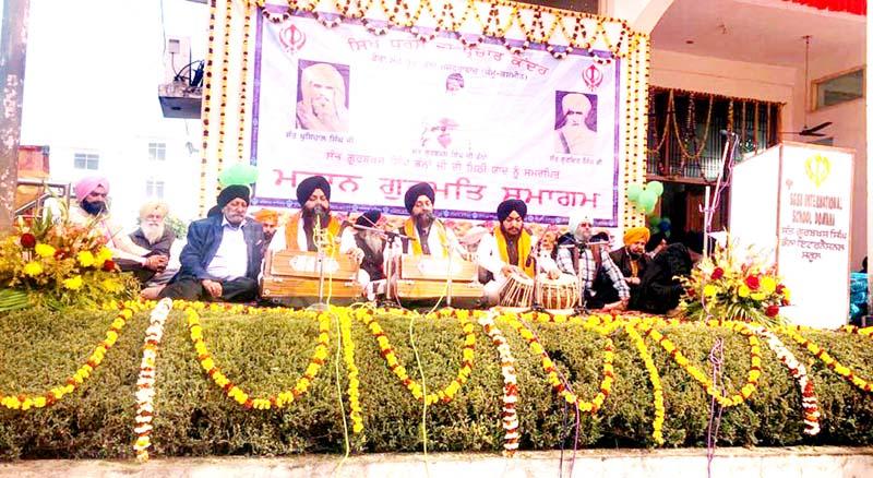 Ragis reciting Gurbani Kirtan at Gurdwara Guru Arjun Dev, Domana in Jammu.