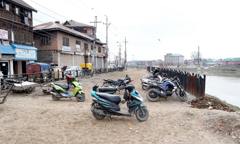 Dilapidated condition of Bund along Jhelum in Srinagar. —Excelsior/Shakeel