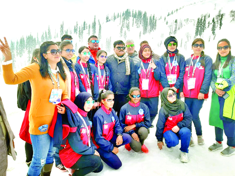 Winners posing for a group photograph along with dignitaries at Gulmarg on Tuesday. — Excelsior/Aabid Nabi