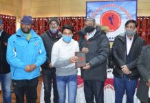 Union Secretary, Tourism Department Arvind Singh presenting prize to a player.