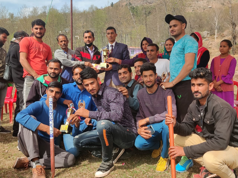 Winning team posing for a group photograph with dignitaries at Udhampur.