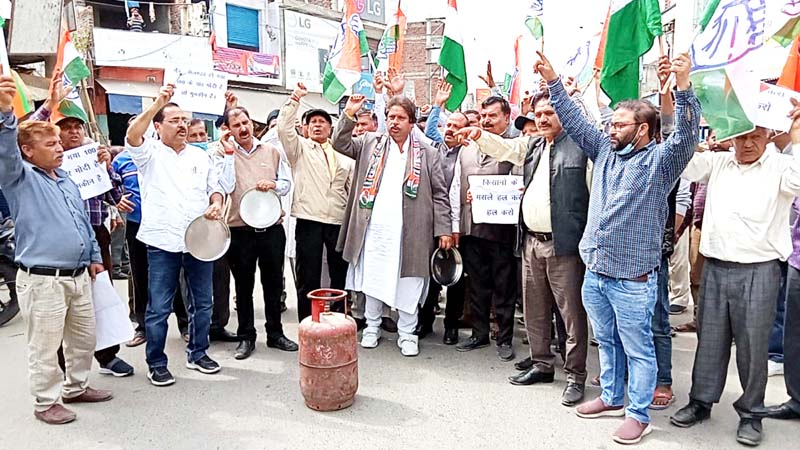 Senior Congress leader Raman Bhalla and others during protest at Ramgarh on Sunday. -Excelsior/Nischant
