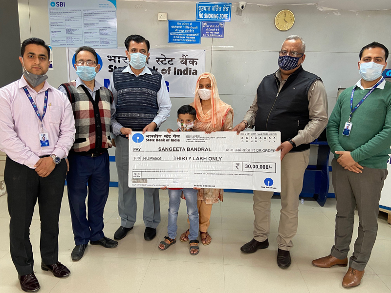 SBI officers presenting Rs 30 lakh cheque to nominee Sangeeta Bandral, wife of martyred Army personnel Sukhdev