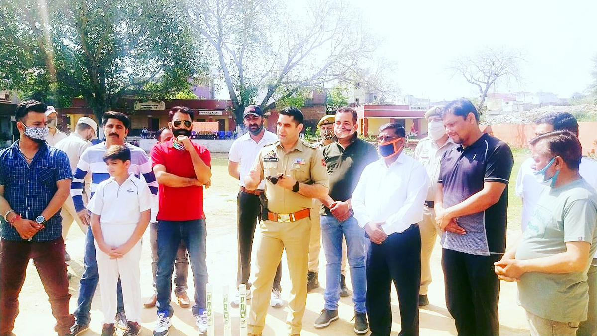 SHO Akhnoor Inspector Hilal Azhar giving tips to cricketers.