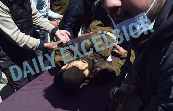 Cops carry the body of their colleague who was martyred in militant attack in Srinagar on Thursday. — Excelsior/Shakeel