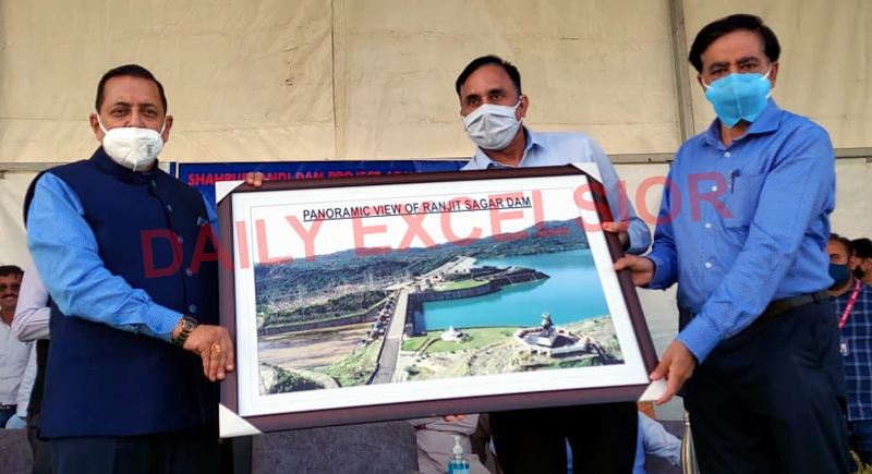 Union Minister Dr Jitendra Singh laying foundation stone of Shahpur Kandi Ravi canal at Mahanpur on Saturday. —Excelsior/Pardeep