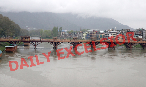 View of Zero Bridge over river Jhelum whose water level has gone up due to continuous rains in Srinagar. —Excelsior/Shakeel