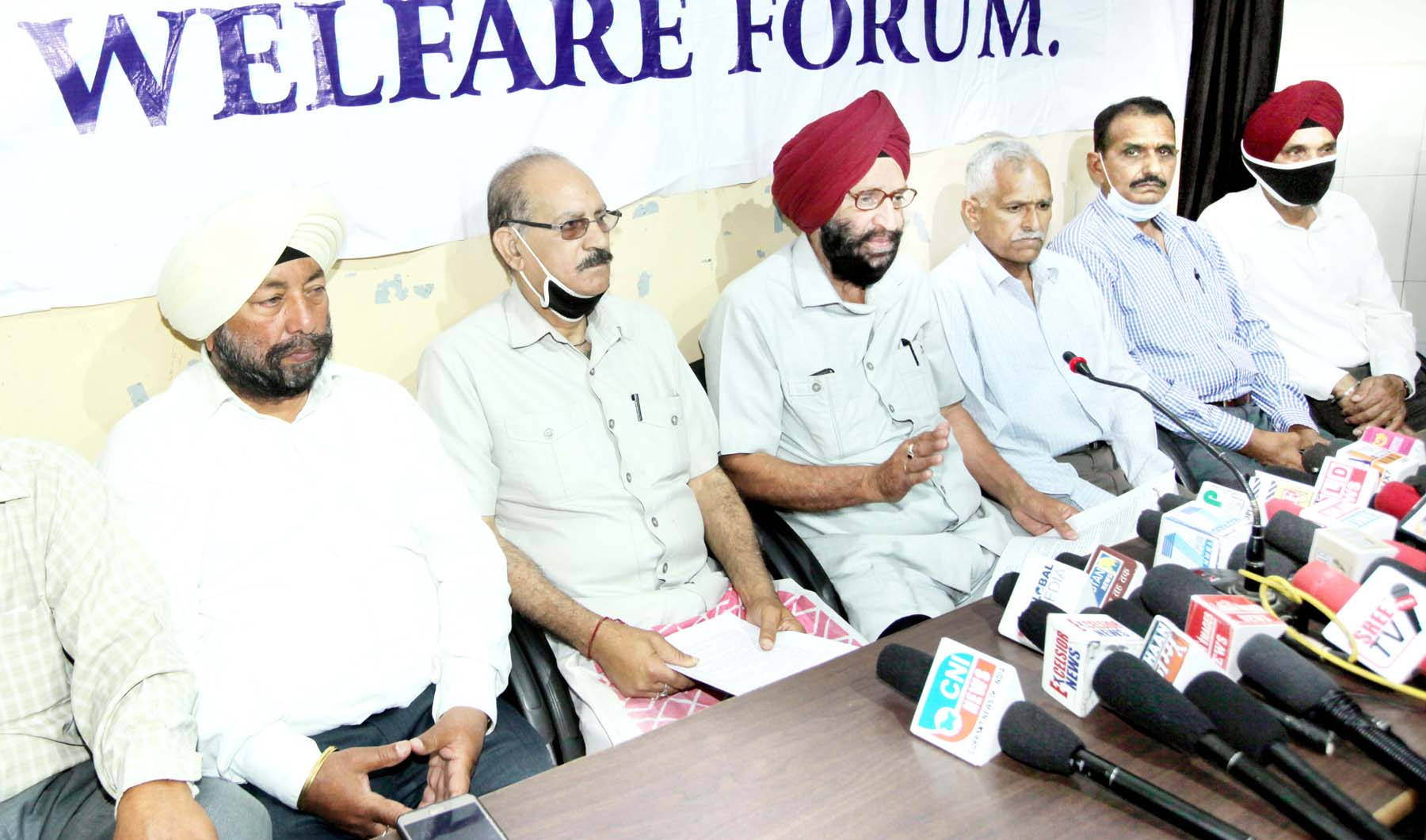 Office bearers of Non-Gazetted Police Pensioners Welfare Forum during interaction with media persons at Jammu on Sunday. -Excelsior/Rakesh