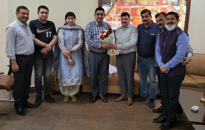CCI president Arun Gupta presenting bouquet to Mayor Chander Mohan Gupta along with other office bearers at Jammu.