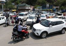 Rush of vehicles despite lockdown near Dalgate in Srinagar on Wednesday. —Excelsior/Shakeel