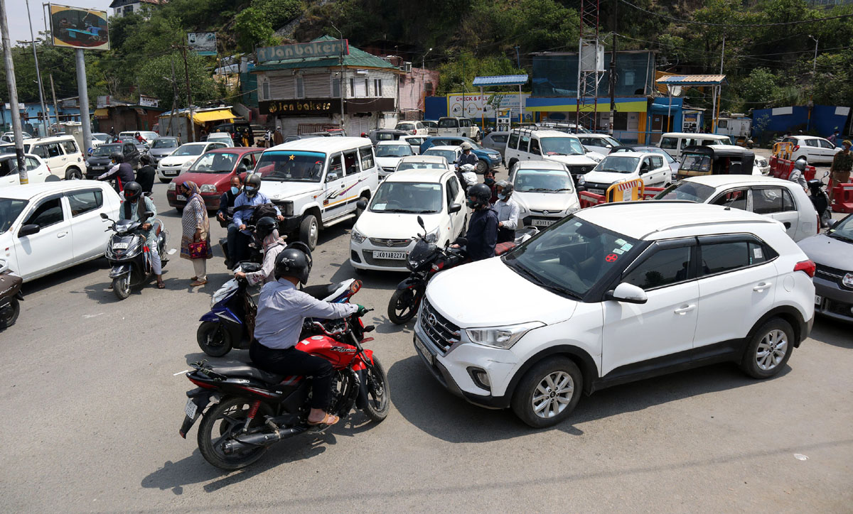 Rush of vehicles despite lockdown near Dalgate in Srinagar on Wednesday. —Excelsior/Shakeel
