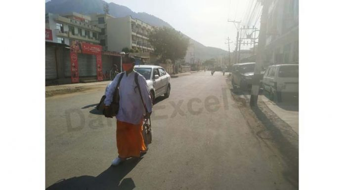Lone pilgrim walks on Katra road as yatra to holy cave shrine of Mata Vaishno Devi Ji dipped to just 475 on Friday due to surge in COVID cases. Of 475, 39 yatris proceeded to Bhawan by helicopter. Few yatris who reached Katra had to face enormous inconvenience as district Reasi administration ordered closure of dhabas during lockdown. —Excelsior/Romesh Mengi