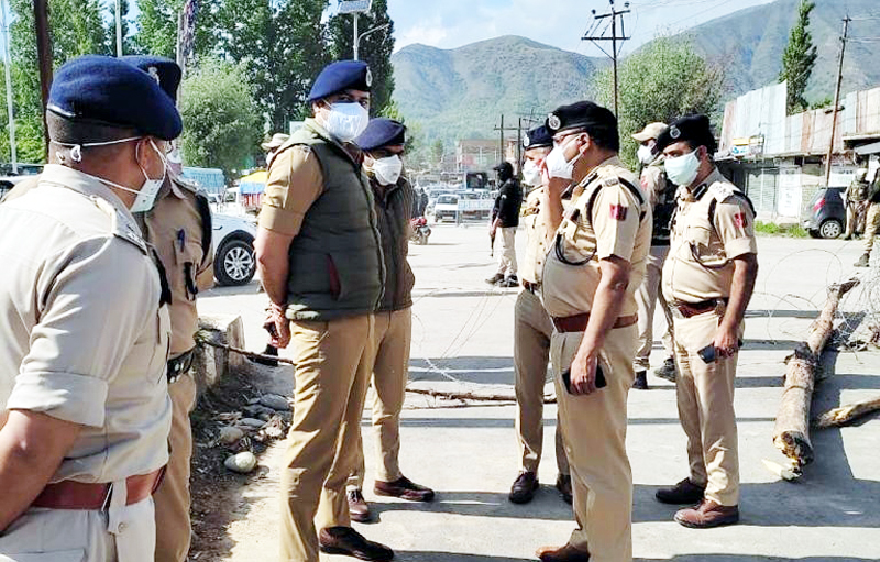 DGP Dilbag Singh interacting with police personnel during tour of Srinagar city.