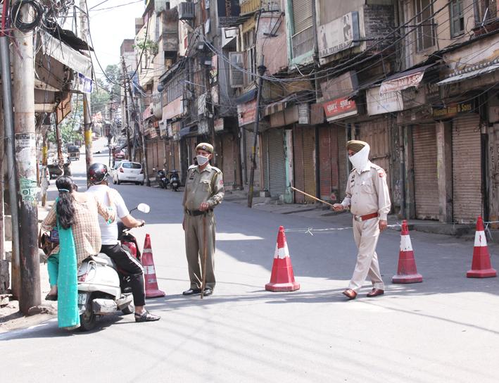 Cops enforce lockdown in Jammu City on Sunday. —Excelsior/Rakesh