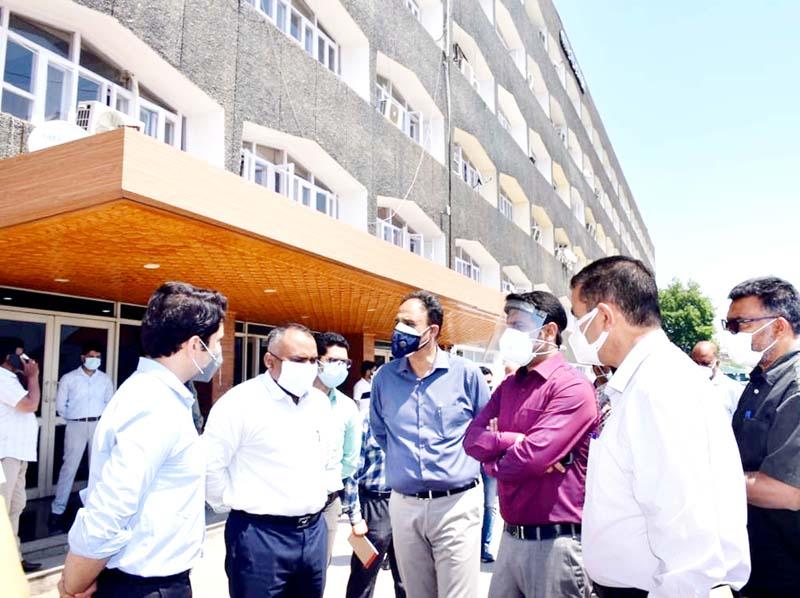 Div Com inspecting preparations for Darbar Move.
