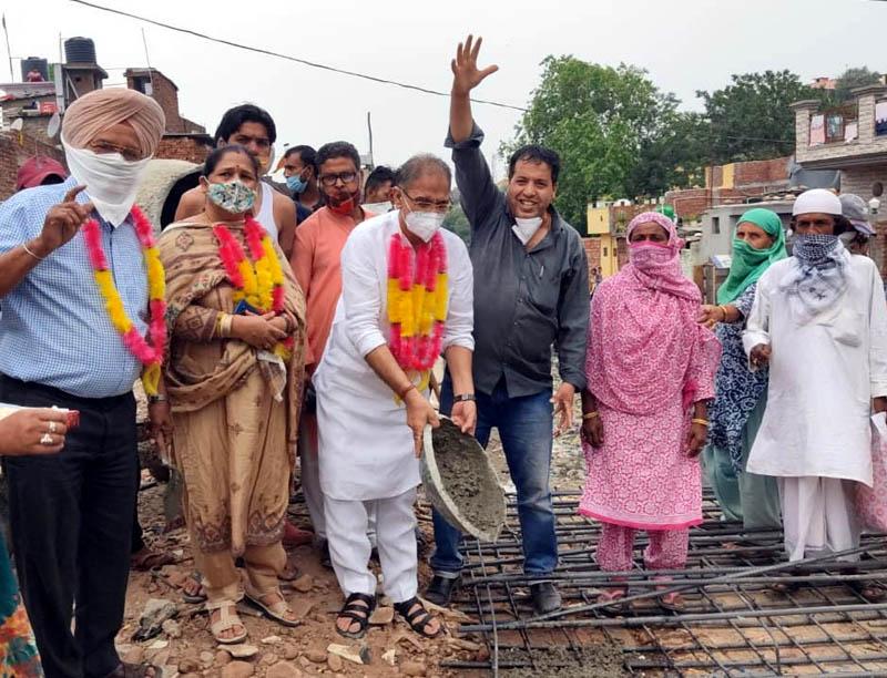 Former Deputy Chief Minister, Kavinder Gupta and Corporator Sharda Kumari kick starting construction of culvert at Qasim Nagar.