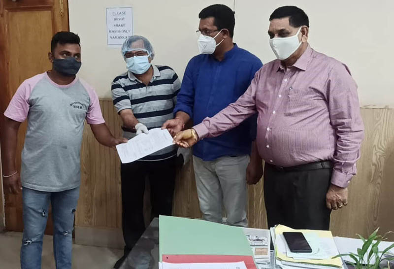 JMC Mayor, Chander Mohan Gupta distributing regularization orders to Safaikarmcharies at Jammu on Tuesday.