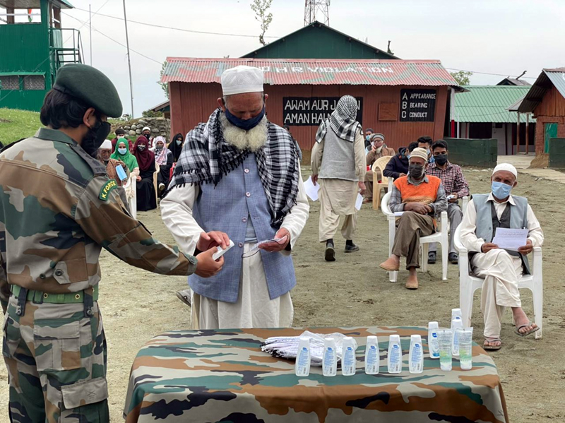 Army-man distributing masks and sanitizers to the people of Kandi region of Baramulla.